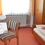 pension_lamm_pilgerzimmer_einbett_stuhl
